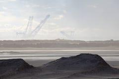 Crane en las arenas de aceite, Alberta, Canadá Fotos de archivo