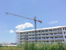 Crane en un emplazamiento de la obra con el fondo del cielo azul Foto de archivo