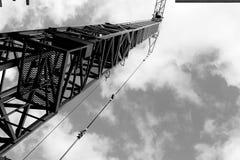 Crane gli edifici costruiti ed alloggiato il metallo della struttura di industria dell'edilizia Fotografie Stock
