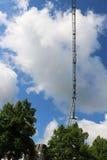 Crane gli edifici costruiti ed alloggiato il metallo della struttura di industria dell'edilizia Fotografia Stock