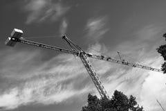 Crane gli edifici costruiti ed alloggiato il metallo della struttura di industria dell'edilizia Fotografia Stock Libera da Diritti