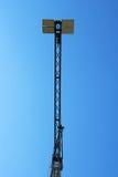 Crane gli edifici costruiti sole ed alloggiato il metallo della struttura di industria dell'edilizia Fotografia Stock Libera da Diritti