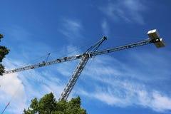 Crane gli edifici costruiti sole ed alloggiato il metallo della struttura di industria dell'edilizia Fotografie Stock
