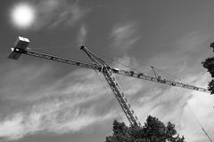 Crane gli edifici costruiti sole ed alloggiato il metallo della struttura di industria dell'edilizia Fotografia Stock