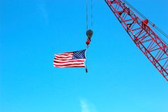 Crane Holding American Flag Foto de Stock Royalty Free