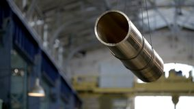 Crane Holding Up Pipe dans l'industrie clips vidéos