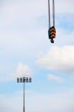 Crane Hook und Scheinwerfer auf blauem Himmel Lizenzfreies Stockbild