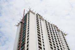 Crane il cielo blu del grattacielo dell'appartamento della residenza del condominio del cantiere Fotografie Stock Libere da Diritti