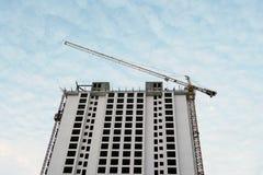 Crane il cielo blu del grattacielo dell'appartamento della residenza del condominio del cantiere Immagini Stock Libere da Diritti