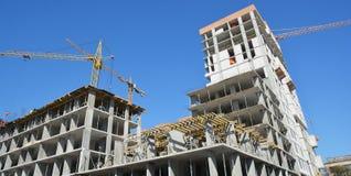 Crane il panorama della costruzione con gli imprenditori edili sulla cima Concetto dello sviluppo economico fotografia stock libera da diritti