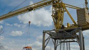 Crane Keeps Cistern de levantamento amarelo filme
