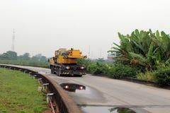 Crane l'uso per il sollevamento dell'attrezzatura pesante nel sito di constructuion Immagini Stock Libere da Diritti