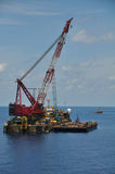 Crane la gabarra que levanta el cargo pesado o la elevación pesada en industria costera del petróleo y gas Barco grande que traba Fotos de archivo