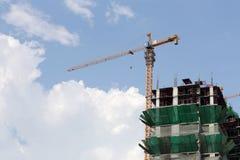 Crane lavorare ad una costruzione in costruzione nel tempo del giorno Immagini Stock