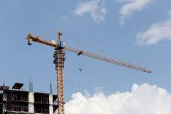 Crane lavorare ad una costruzione in costruzione nel tempo del giorno Fotografia Stock