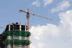 Crane lavorare ad una costruzione in costruzione nel tempo del giorno Fotografia Stock Libera da Diritti