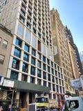 Crane Lifting Building Material, Bau, Crane Operation, Manhattan, NYC, NY, USA Lizenzfreie Stockbilder