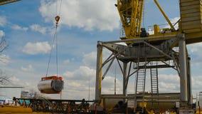 Crane Lifting Cistern de levantamento amarelo video estoque
