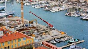 Crane Lowering son bras à un chantier de construction clips vidéos