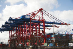 Crane no estágio de aterragem - porto de Hamburgo, Alemanha (a) Fotografia de Stock