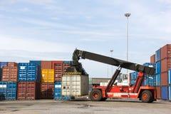 Crane o levantamento acima do recipiente na carga no porto Fotografia de Stock