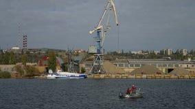 Crane o navio pequeno da carga na opinião de porto fluvial do mar para enviar a carga video estoque