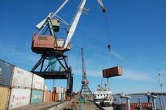 Crane o recipiente do metal da carga para enviar no porto fluvial de Kolyma Foto de Stock Royalty Free