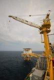 Crane a operação com o barco da fonte, transferência da carga. Imagens de Stock