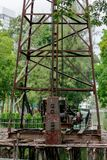 Crane para a pilha que conduz no canteiro de obras foto de stock royalty free