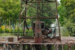 Crane para a pilha que conduz no canteiro de obras imagem de stock