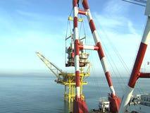 Crane a plataforma e a plataforma petrolífera - Timelapse - indústria petroquímica - indústrias do negócio vídeos de arquivo