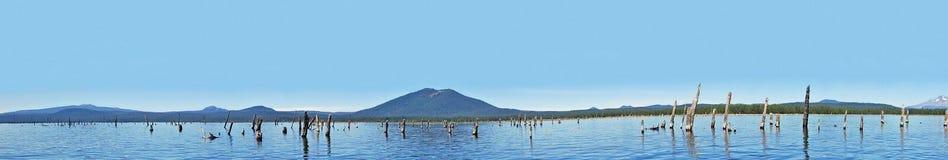 Crane Prairie Reservoir, Oregon - panorama imagenes de archivo