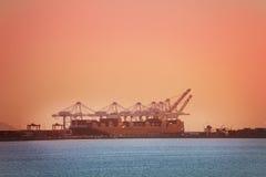 Crane recipientes da carga na barca, Long Beach, EUA Imagens de Stock Royalty Free