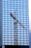 Crane, rispecchiandosi in una parete di vetro moderna blu olandese Fotografie Stock