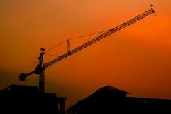 Crane Silhouette och solnedgångljus Arkivfoto