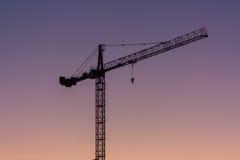 Crane Silhouette over Purpere Hemel Stock Afbeeldingen