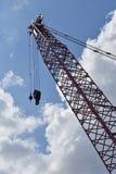 Crane a silhueta contra um céu azul e nebuloso imagem de stock royalty free