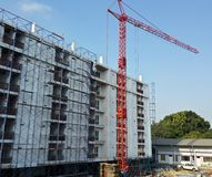 A crane stands in front of a building Royalty Free Stock Photography