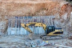 Crane sul lavoro su un nuovo sito della costruzione di edifici Fotografie Stock