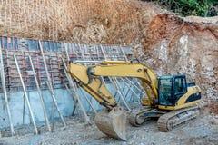 Crane sul lavoro su un nuovo sito della costruzione di edifici Fotografie Stock Libere da Diritti