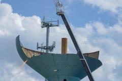 Crane togliere le sezioni se una vecchia torre di acqua in Ann Arbor, MI immagine stock