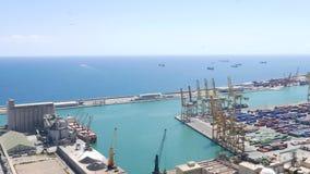 Cranecranes portuali del cavalletto sul terminale di contenitore al porto di Barcellona stock footage