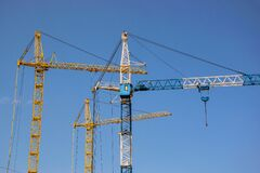 Free Cranes Against The Blue Sky Royalty Free Stock Images - 191155899