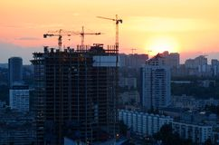 Cranes building skyscraper Royalty Free Stock Photos