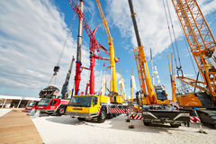 Cranetrucks und Gleiskettenfahrzeugkräne Stockbild