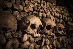 Crani ed ossa nelle catacombe di Parigi Fotografia Stock Libera da Diritti