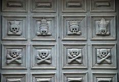 Crani su un portello della chiesa Immagini Stock