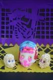 Crani tradizionali dell'amaranto e dello zucchero per l'altare messicano il giorno delle celebrazioni morte Fotografie Stock