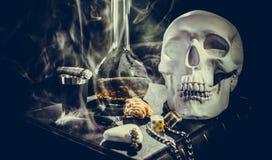 Cranio bianco negli attributi mistici Immagini Stock