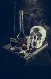 Cranio bianco negli attributi mistici Fotografia Stock